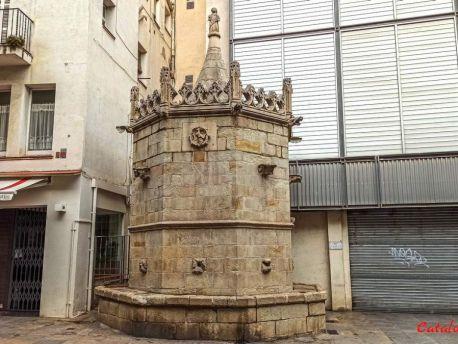 Готический фонтан Сан-Хуан в Бланесе