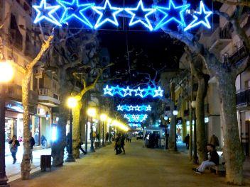 Рождество,Испания,Каталония,обычаи,традиции,празднование,улица,украшенная,гирлянды,Новый Год